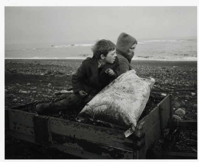 Chris Killip, Rocker et Rosie rentrent chez eux, Lynemouth, Northumberland, 1984