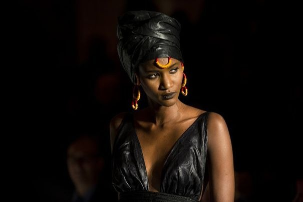 Un mannequin présente un modèle de la styliste Adama lors de la Black Fashion Week de Paris, le 5 octobre 2012