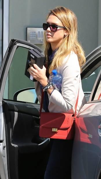 """Jessica Alba avec son sac bandoulière """"Claudine"""" rouge Elie Saab"""