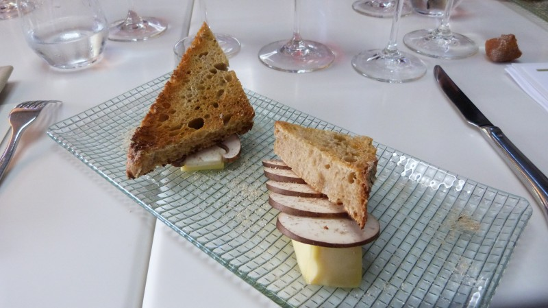 Saint Nectaire Fermier avec ses champignons Crème de Paris de la Carrière de la Madeleine en lamelles sur pain toasté