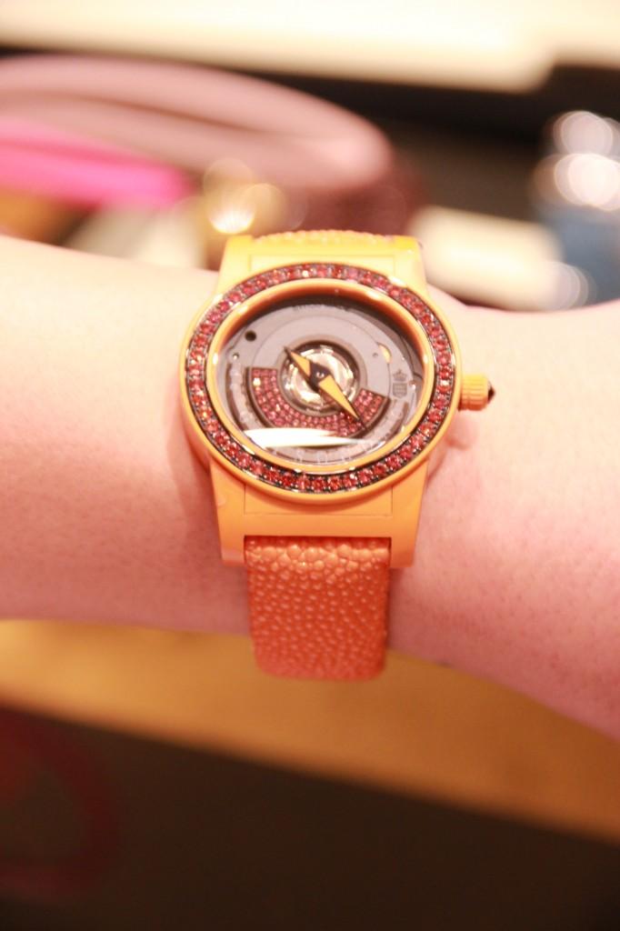 prix : 11 200 euros, montre sertie de saphirs oranges