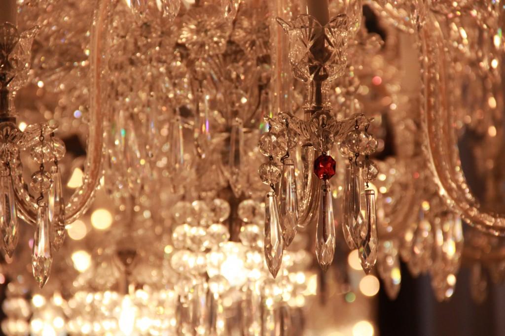 cristal rouge, signe propre à Baccarat que l'on retrouve sur toutes les créations de la maison