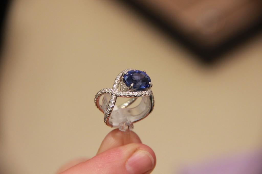 Bague Croisée, Saphir de 6,53 carats. Saphir naturel et non traité. 29500 euros