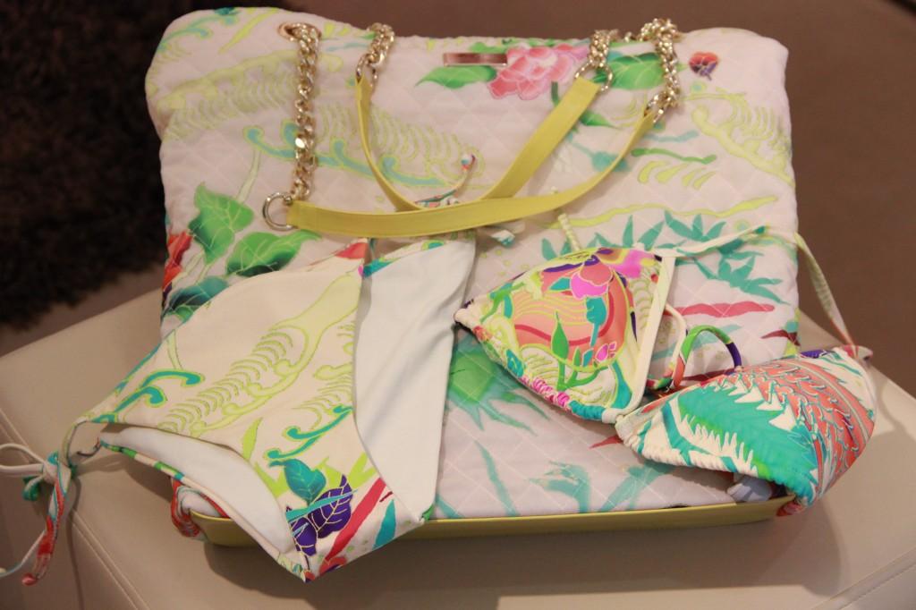 tenue de plage : maillot de bain 133 euros, sac 187 euros
