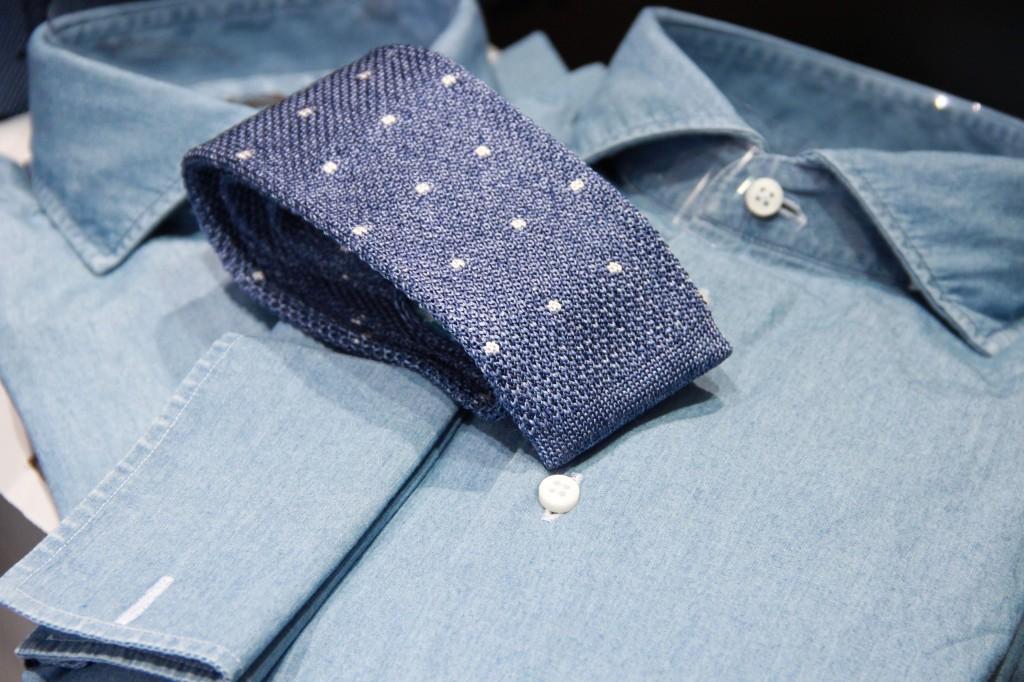 chemise en jeans 145 euros, cravate en maille 80 euros