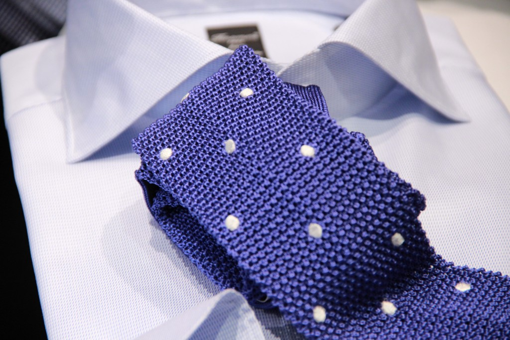 chemise faite main Fianmore, 245 euros. Cravate en maille 80 euros