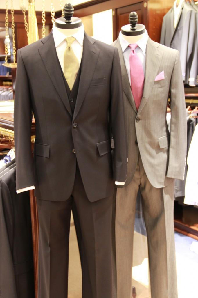 costume noir : 800 euros le costume, 115 euros la chemise, 205 euros le gilet et 80 euros la cravate