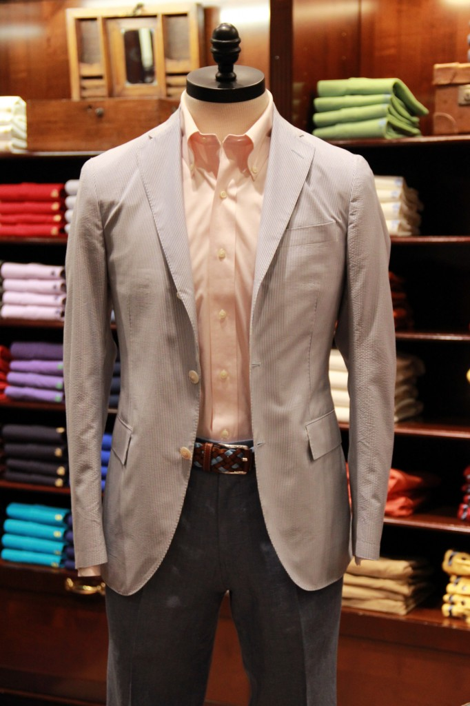 veste coton seersucker 920 euros, chemise 115 euros, pantalon 78 euros (disponible dans de nombreuses couleurs)
