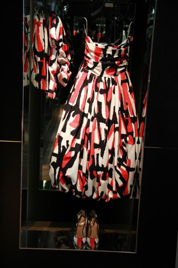 robe de cocktail ou de soirée tricolore 2585 euros, escarpins assortis 495 euros