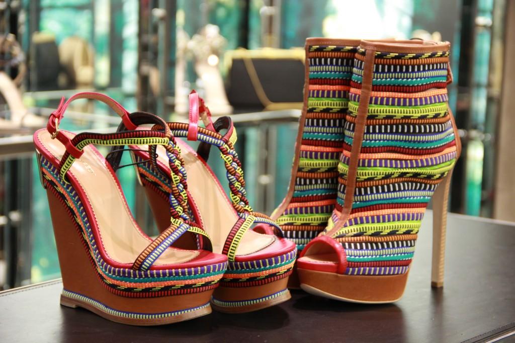 sandales compensées multicolores 435 euros, boots ouvertes 755 euros