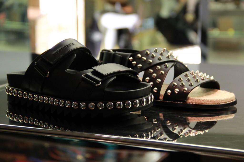 sandales pour hommes, 455 euros (celles du fond), 385 euros