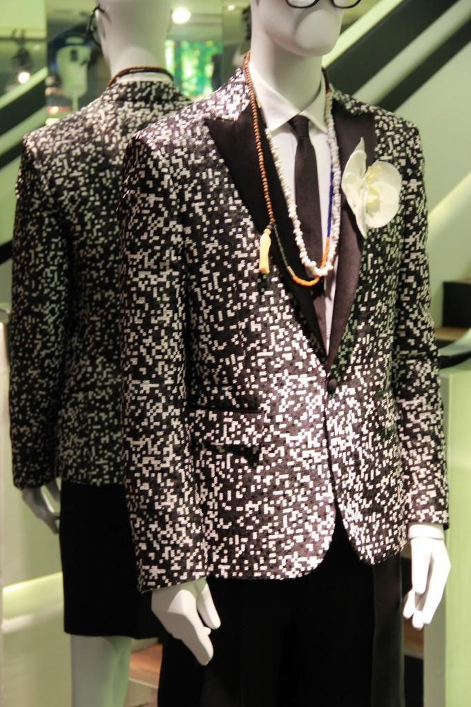veste 1760 euros, chemise 415 euros, short noir 525 euros, chaussures barcellona 398 euros