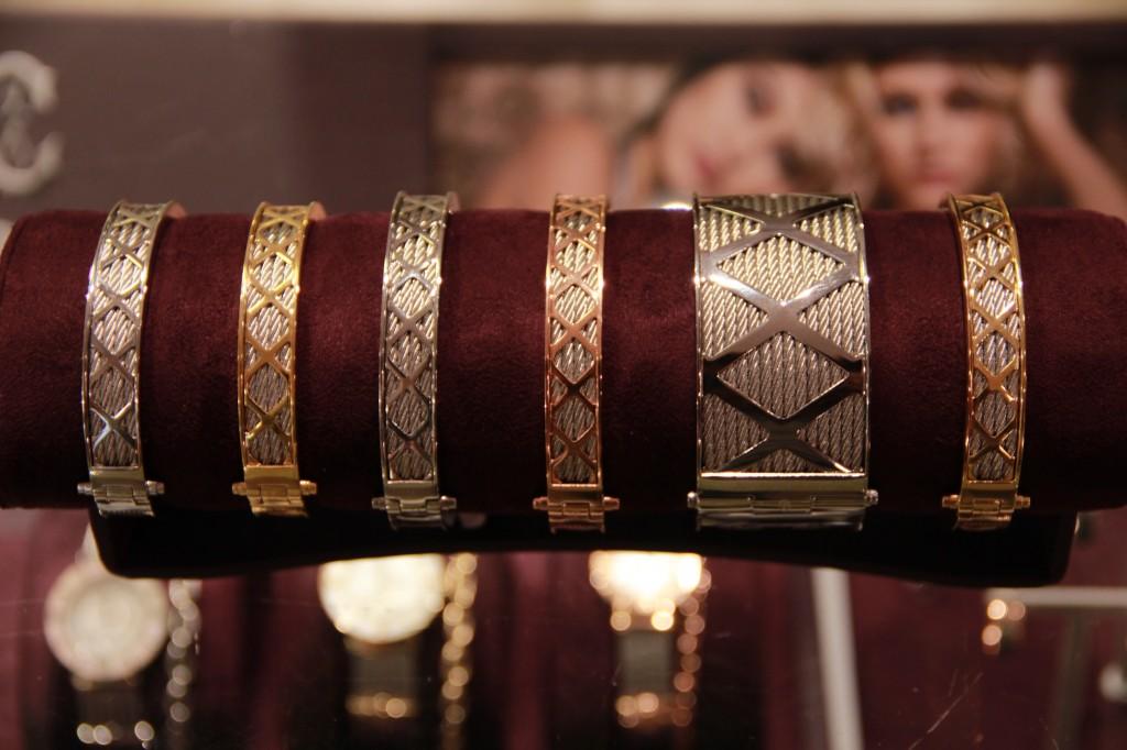 manchettes 350 euros et bracelets 240 euros