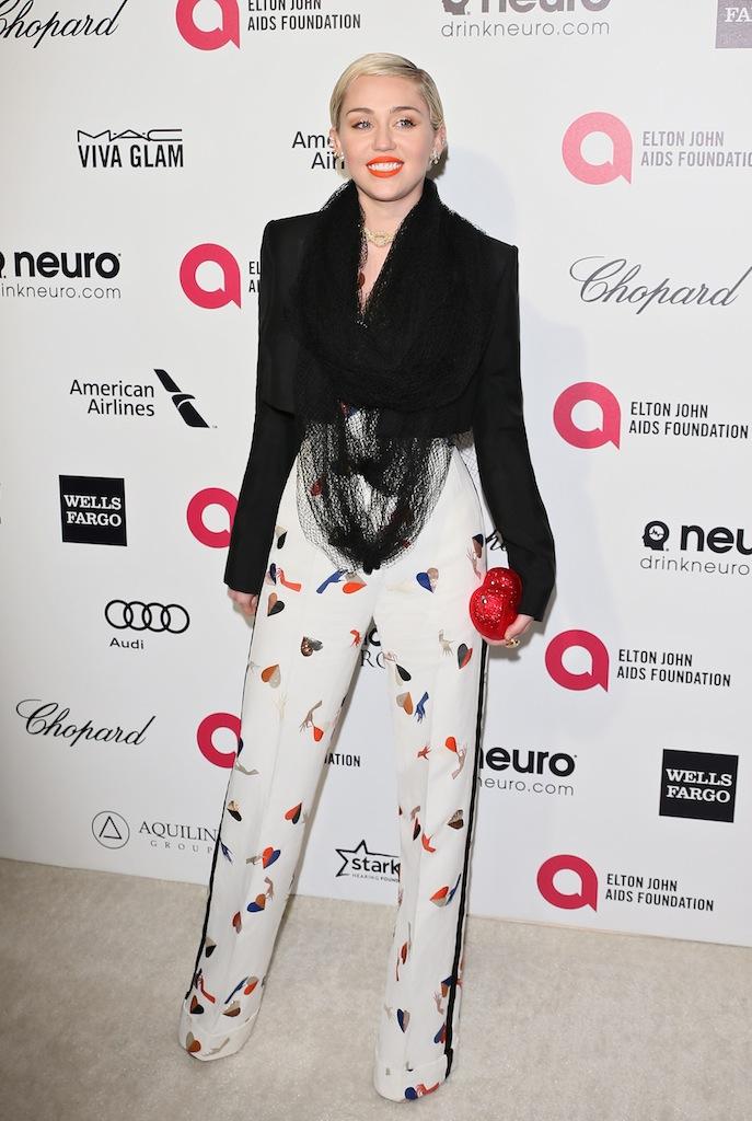 Miley Cyrus en Schiaparelli Haute Couture à la 23ème soirée des Oscars de la Elton John AIDS Foundation