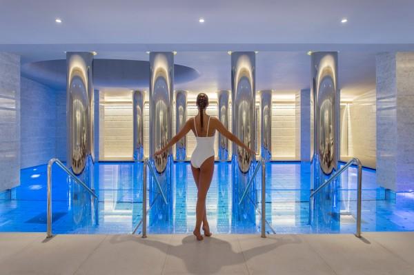 01 OSS piscine avec femme_credits Bernard Touillon