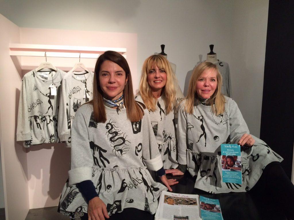 Ece et Ayse Ege, créatrices de Dice Kayek et une amie, portant le t-shirt.