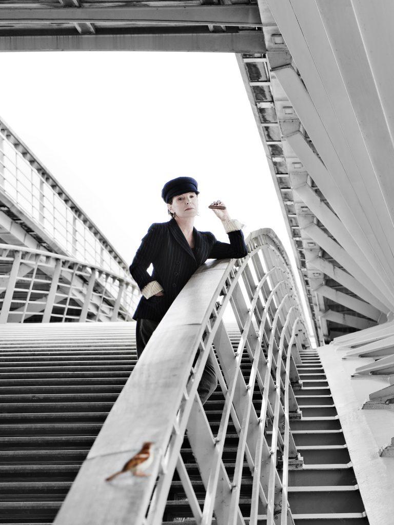 Agnès Comar J'ai souhaité retrouver une scène du film de François Truffaut «Jules et Jim» qui a tant marqué son époque, illustrée parla liberté des sentiments et des mœurs. Mes créations ont toujours été empreintes de cette liberté: mes coussins, poufs et linge de lit ont imposé un nouveau mode de vie intimiste et futuriste. Mes divers chantiers ont toujours fait référence à ma culture et à mon éthique.