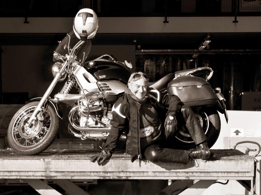 Roméo Sozzi J'adore faire de la moto. Chaque année, je participeà la rencontre moto BMW en Allemagne. J'adore faire des virées en moto sur les cols des montagnes près de chez moi près du lac de Côme en Italie. Ces parcours à moto sontun grand bol d'air pour mon inspiration.  Photo F.Ducout.