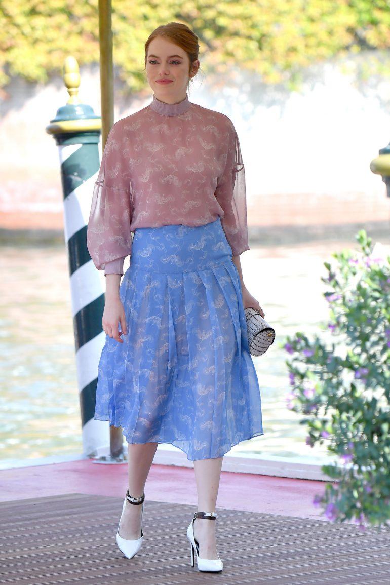 Emma Stone en un chemisier et une jupe Fendi assortis