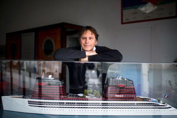L'armateur francais Didier Spade pose devant une maquette du futur France
