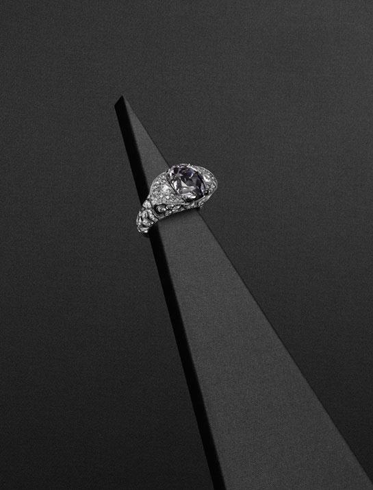 Bague en or gris, 1 spinelle gris de 11,12 carats, diamants taille rose, brillant, blancs et gris.