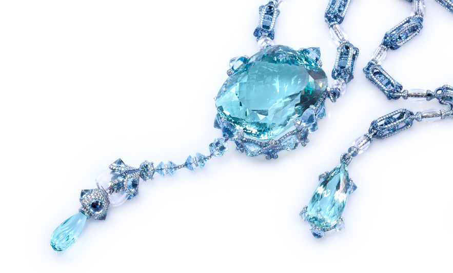 "Sautoir ""A Drop Into The Ocean"" par Wallace Chan serti d'une aigue-marine de 379,21 carats, diamants, saphirs."