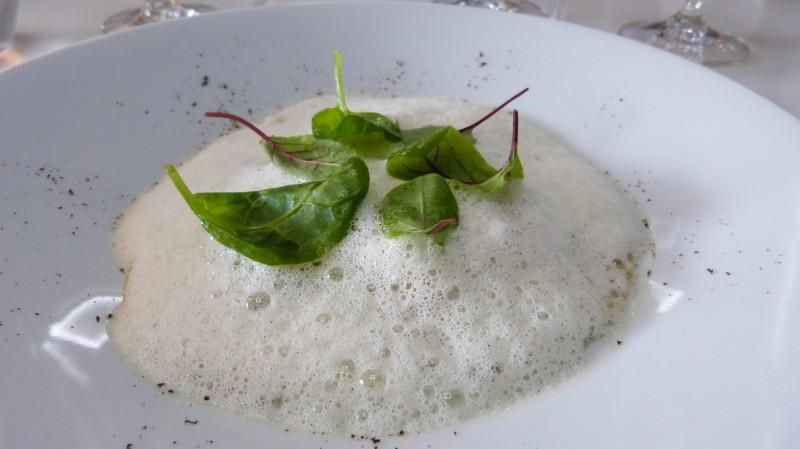 Raviole ouverte de Tourteau à la vanille accompagné de ses petites pousses d'épinard