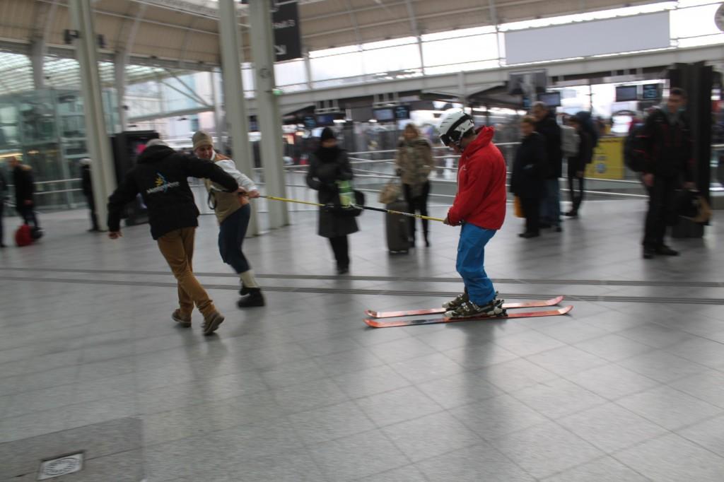 Séquence humoristique dans la Gare de Lyon où les moniteurs de la station en tenue d'époque ont offert une démonstration de ski.