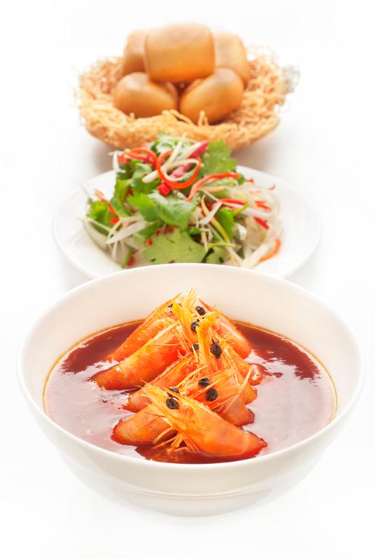 Gambas é?pices servies dans une sauce pimentee aux oeufs, pain bun «mantou» frit - La Bauhinia - Shangri-La Hotel, Paris