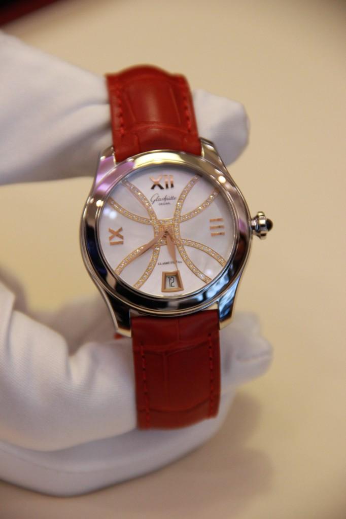 cadran serti de diamants en arabesque. 10 500 euros