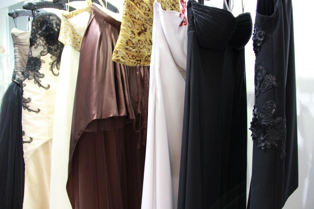 robes de soirée : à partir de 900 euros pour du sur-mesure. Robes de cocktail : à partir de 600 euros pour du sur-mesure
