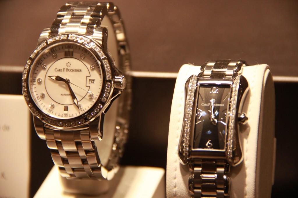 Carl F. Bucherer , à gauche, Patravi AutoDate 8100 euros, à droite 5150 euros