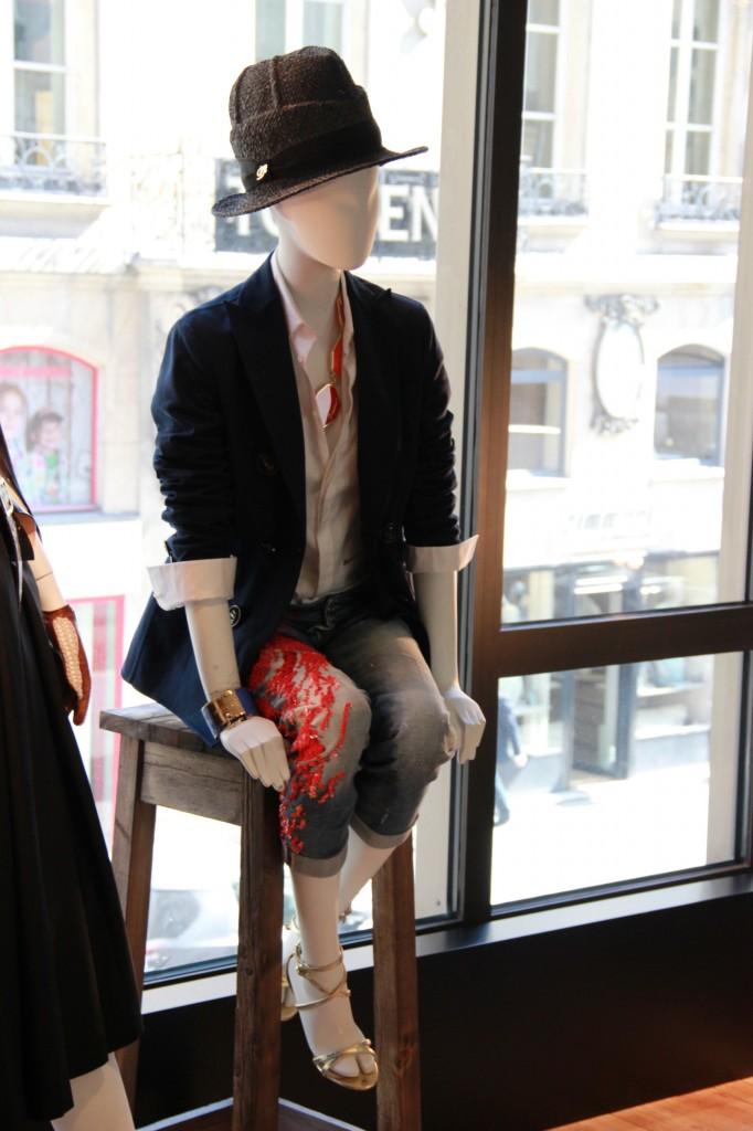 veste Navy 1595 euros, chemise blanche 280 euros, jeans broderies corail 765 euros, chapeau 140 euros, chaussures 840 euros
