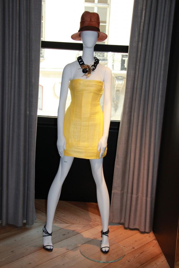 robe jaune structurée 1295 euros, collier 585 euros
