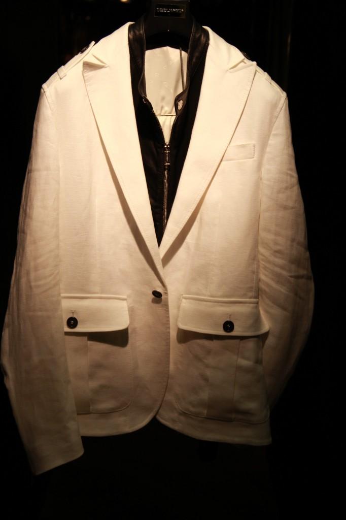veste blanche avec gilet en cuir intégré, 2035 euros
