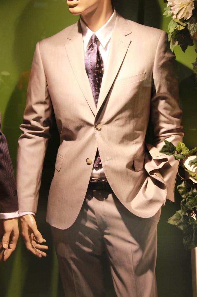 costume Kenzo 890 euros, cravate fleuris Paul Smith 110 euros, chemise Kenzo 150 euros