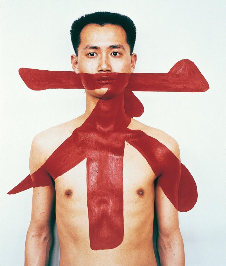 """Qiu Zhijie, Tattoo II © Courtesy Galerie LOFT, Paris Très créatif, cet artiste poète s'exprime notamment par la photographie en mettant en scène son propre corps. La calligraphie rouge qui couvre la bouche est réalisée non par une superposition de plans, mais par de la peinture rouge répandue sur son torse et sur le mur. C'est une image forte qui signifie """"non, tu ne dois pas"""" : c'est le symbole de cette génération d'artistes qui tentent d'exister."""
