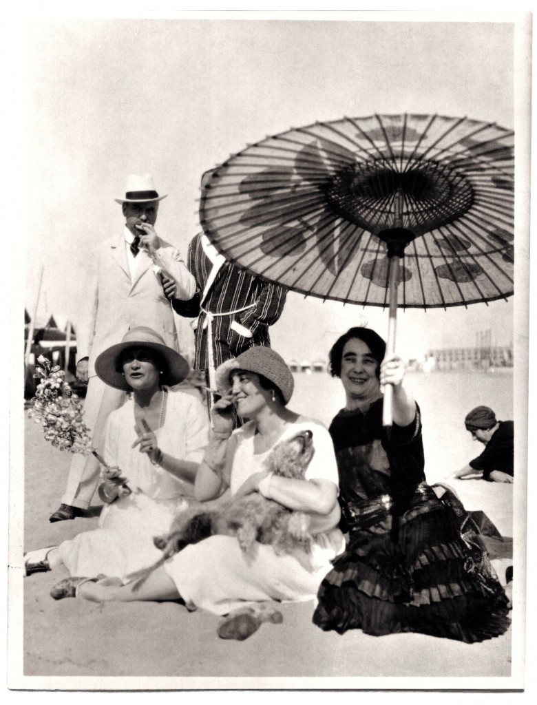 Gabrielle Chanel ( à gauche)sur la plage du Lido avec Misia( au centre), José  Maria Sert and Madame Philippe Berthelot, 1920's, Photo : Private Collection