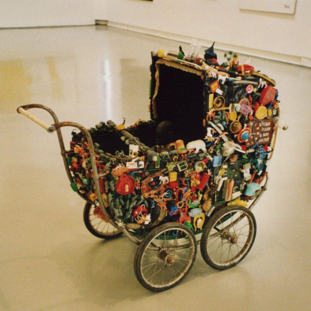 5. Je ne jette rien, 1975 - 1995 130 x 100 x 53 cm, accumulation d'objets divers sur une poussette © Collection de l'artiste.