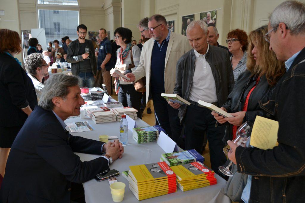 rencontre des auteurs - ici Patrick de Carolis - le verre à la main !