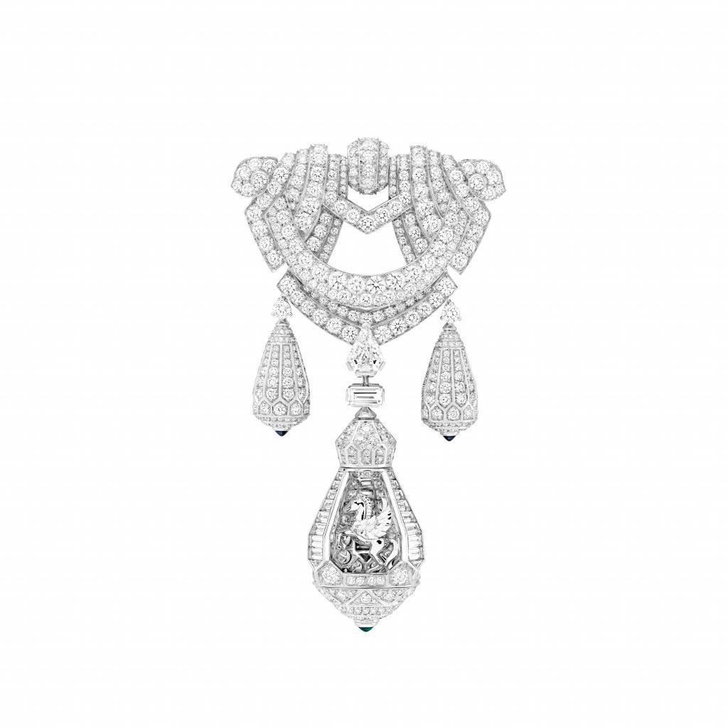 Collier pégase  Or blanc, diamants, émeraudes, saphirs, un saphir taille émeraude de 45,10 carats (Sri Lanka). Clip détachable.