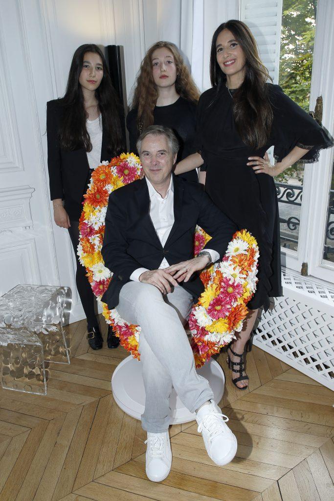 En famille :  Koukla Lapidus , Yara Lapidus, son épouse, Milla Lapidus entourant Olivier Lapidus. Getty Images
